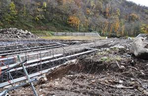 上流では治山ダムの新設工事が行われていた。下流に既設の治山ダムが見える。2012年10月31日