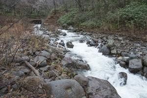 水が流れる周辺の砂利が流されるだけで、ほとんどの砂利は残り、全量が流されてはいない。