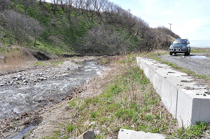 4基のスリット化後は下がっていた川底は砂利で埋まり、ごく普通の川筋に蘇り、町道の崩壊の危険性はなくなった。2013年5月2日