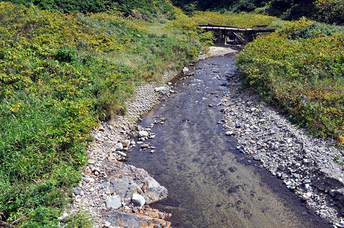 4基の治山ダムがスリット化される前は川底が下がり、コンクリートブロック護岸の基礎が浸食され、崩れ始めていた。また、微細砂やシルト(泥)が川底に大量に堆積していた。2010年9月12日