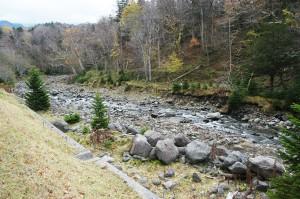 川底が下がっているのに、なぜか、川底の巨石を取り除いている。川底はさらに下がることになり、川岸や山の斜面はどんどん崩れることになる。おかしな河川管理が行われている。