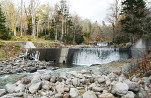 本流の岩尾別川の治山ダム。上流にもう一基、治山ダムが見える。治山ダムの下流では砂利が失われ、岩盤が露出している。撮影:2009年10月31日