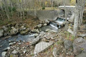 勝利橋の川底のコンクリートがダムと同じ効果となって、下流側が掘り下がっている。撮影:2009年10月31日