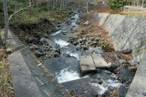 更に上流の橋。川底が下がり、川岸が崩れ続けている。撮影:2009年10月31日