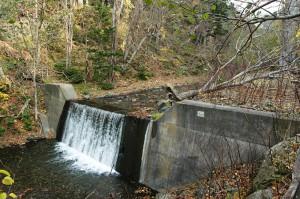 川底が下がった川をたどるとダムがある。やっぱりありました岩尾別川の一番上にある治山ダム。撮影:2009年10月31日