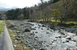 岩尾別川は急峻な川で、巨石が多いハズなのだが…巨石が減少している。また、苔むした石は見当たらない。この姿は上流にダムがあることの目印になる。また、川底が下がり、左岸が崩れて川幅が広がり続けている。