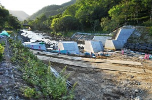 世界自然遺産に指定された知床の羅臼川。河川管理者による垂直のスリット化工事。堤体の強度を落としたためにコンクリートが塗りつけられて肉厚にしている。流木が挟まればスリットの機能は失われる。理解のできないスリット化工事である。