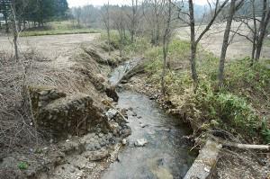 川底の砂利が失われ、岩盤化が進む。川底がさがり、川岸は至る所で崩れはじめている。