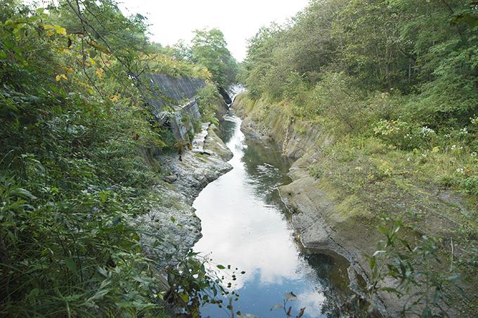 下流にはコンクリートの落差工があり、その下流はがっぽりと掘り込まれている。