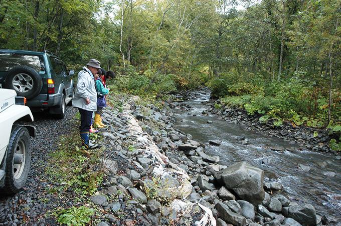 林道の縁が崩れ、土嚢で応急措置がされていた。