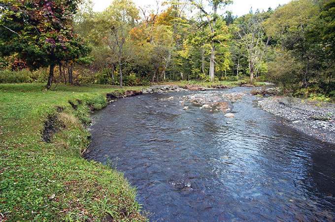 川底が下がり、川岸が砂山崩しの仕組みと同じように崩れ、川幅が広がっていく。