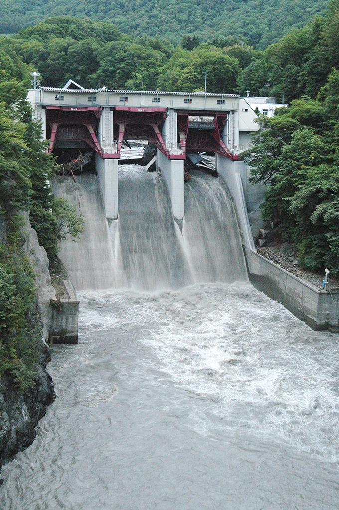 2006-08-22・加工済・沙流川・岩知志ダム・壊れている・047