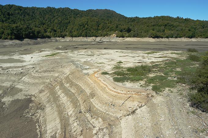 2006-09-25・加工済・穂別ダム・水抜き・泥とヘドロ・水質劣化の姿 011