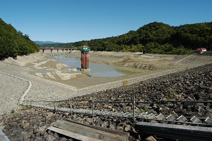 非灌漑期にダムの水をすべて放出した穂別ダム