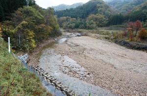 川底は大きな石が減り、小ぶりな石が目立つ。増水すれば簡単に流されてしまう砂利だ。