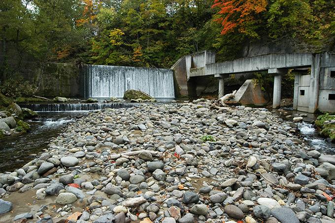 キソンペタヌ川にある唯一の治山ダムである。螺旋式の魚道が取り付けられているが、果たして機能しているのかどうかは分からない。