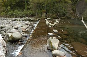 副ダム・水は右から左へ流れている。