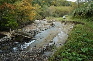 ここには巨石があったのだが、流されてしまった.川底が下がり、川沿いの林道が崩壊した。