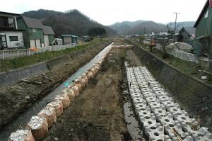 コンクリートブロックが敷き詰められている。