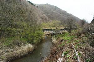 砂防ダムの下流では川底が下がっている。