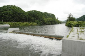 岩尾内ダムのすぐ下流に農業用の取水堰(頭首工)がある。