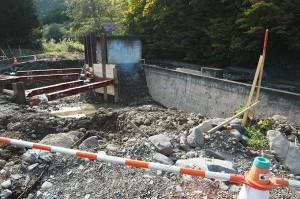 取水の堰を迂回するように魚道建設が進められていた。