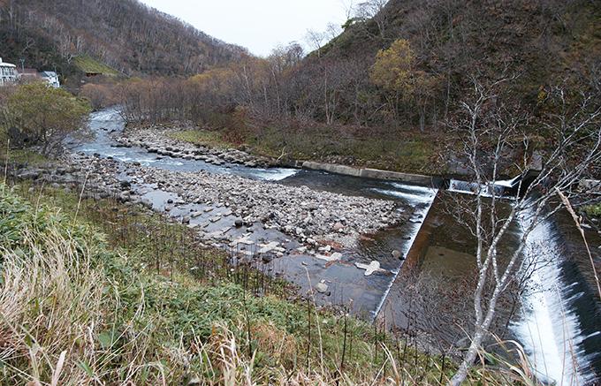 ダムの下流は川底が下がる。だから、川底が下がらないようにするために、川底にコンクリートブロックが敷き詰められる。