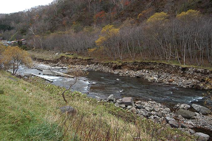 川岸が崩れているその下流にはまたまたダムが。つまり、川底が下がるから、川底が下がらないように砂利を止める必要となるので、次々に砂利を止めるダムが建設されることになるわけだ。