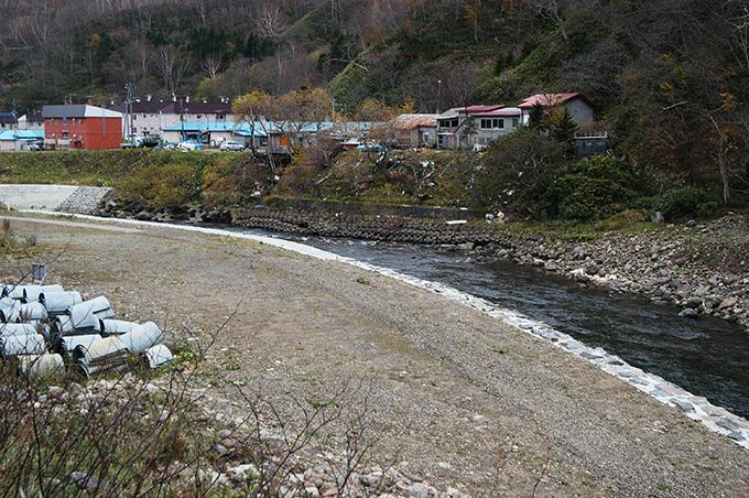 さらに下流へと川岸の崩壊が連鎖して続いていく。そして、とうとう住宅地へもその危険が及んでいく。