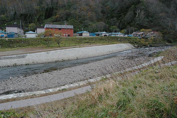 住民の生命・財産を護るために、崩れた川岸はコンクリートの護岸で固められていくことになるわけだ。