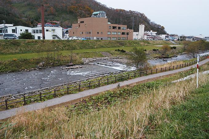 川底をコンクリートで護っていない箇所があればどんどん川底が下がり、川岸が引き倒されるように崩れるから、次々にコンクリートの護岸に作り変えられていく。