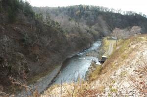 ふ化場があり、ふ化場で使用する水を取水するためのダムがある。ダムの上流側には上流に向かって砂利が貯まっている。ダムの下流側は段差ができ、砂利の量も少ない。