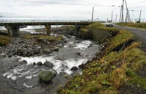 国道の下流は海だ。知床が海岸まで山が競っているので、海のそばから、渓流となっている。道路のヘリが崩壊していた。