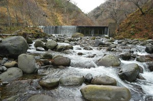 巨石の多い川だ。巨石が互いに噛み合い動かないようになっているから、川底はゆっくりと下がっていったのだろう。