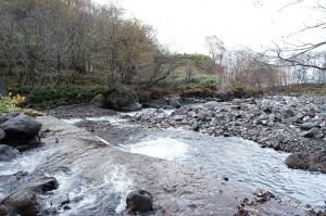 治山ダムの下流ではさらに下のダムが砂利を止めているために、川幅が広がり、水はその上を蛇行して流れ、川岸を削るようになる。こうして川岸が崩れ、そこから泥が流れ出し、沿岸を泥の海にするのだ。