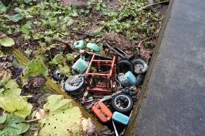 この治山ダムの影に、誰かが投棄したゴミがあった。自然界で分解するものならよいのだが…投棄したゴミの行方を考えて見れば、投棄することの善し悪しが分かるハズなのだが…川の現場ではたびたび目撃することだ。
