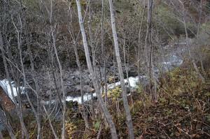 この治山ダムの下流は岩盤で、掘り込まれたところを水が流れていた。ここに治山ダムが本当に必要なのだろうか…よく分からない治山ダムである。