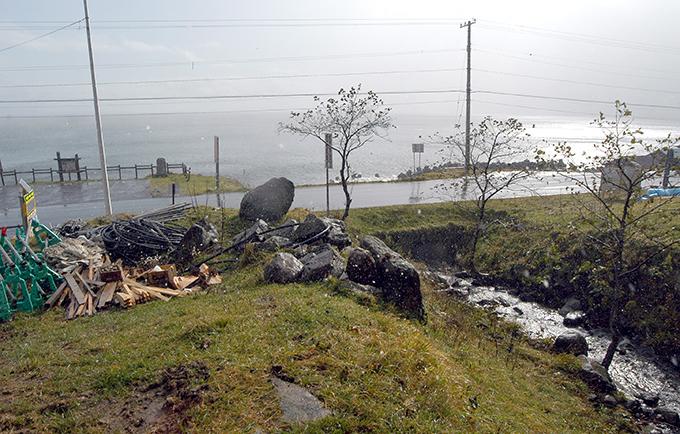 国道橋の下流は海だ。上流にダムがあるために、川底が下がり、川岸が崩れている。ここから発生したドロが沿岸の昆布にふりかかる。