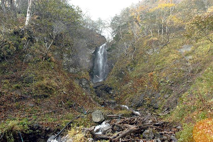 2基の治山ダムのすぐ上流は岩壁が立ちはだかり、落差の大きい滝となっていた。角のとがった巨石の多い川だ。流木が見られる。