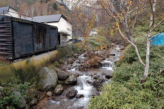 連続して建設された2基の治山ダムが見える。
