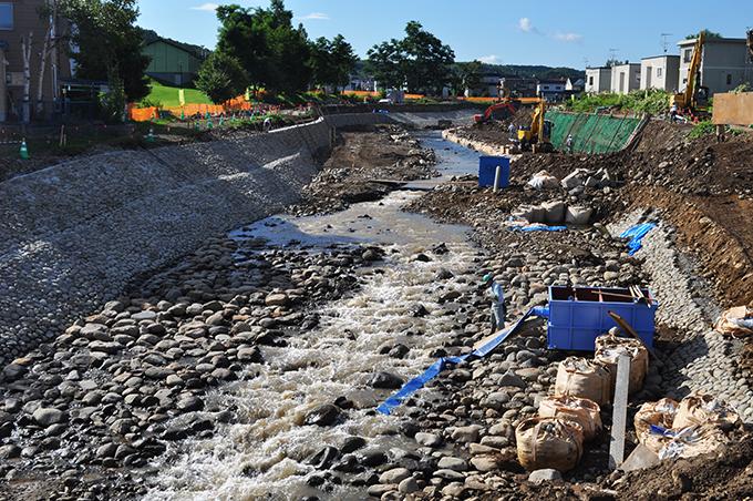 人道橋の上流側では川底をコンクリートで固める工事が行われていた.泥水を流さないようにする沈殿槽が置いてあるが、使っておらず、濃い泥水が流されていた。河川管理者の監督・指導が適切に行われないからこんな事はどこの工事現場も同じである。