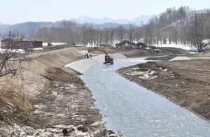 糠野橋上流側の河道拡幅工事。2011年3月29日。