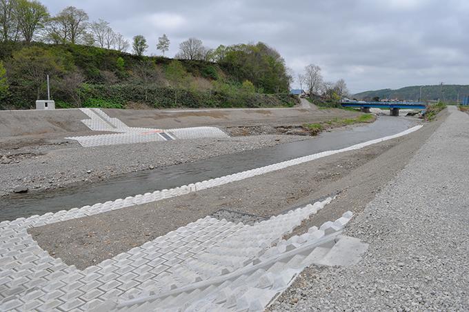 農業用取水口は、完成したばかりなのに、水流は断たれている。これでは取水できない。2011年5月26日。
