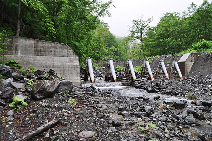 治山ダム。見せかけのスリットダムも多いので、本当にスリットの機能を果たしているかどうかを見極めることが重要だ。