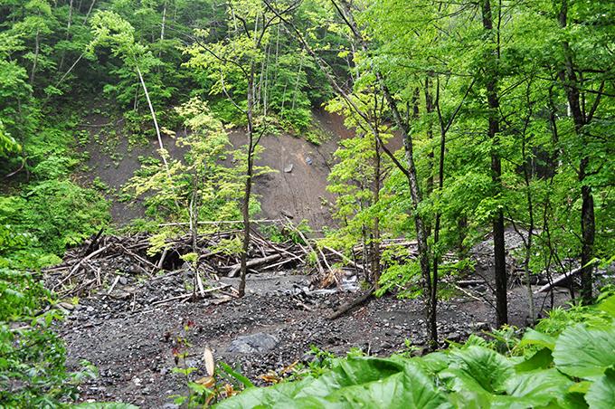 満砂の治山ダムの山の斜面がズリ落ちているのが分かる。止めどもなく、川岸が崩れ、山の斜面が崩れ続けることになる。