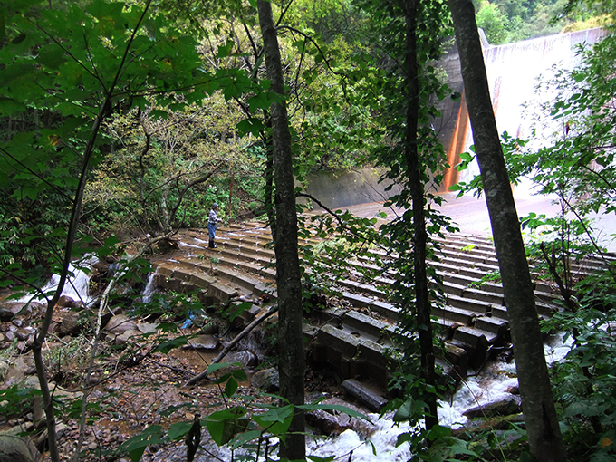 2011-10-07・加工済・④ダム直下の壊れた河床ブロック