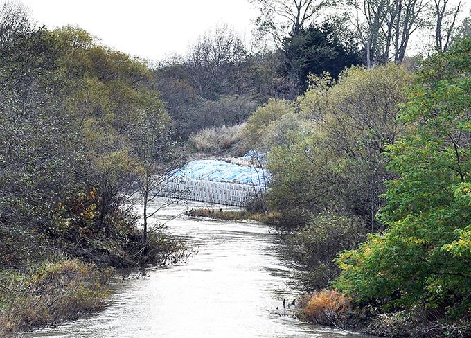 崩れた川岸をコンクリート護岸にする工事が行われていた。