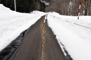 苫前ダムに続く川沿いのアスファルト道路は亀裂が続いていた。苫前ダムの下流では川底が下がっており、道路がズリ落ち始めている証拠かも知れない。道路崩落の危険が迫っているのではないだろうか…