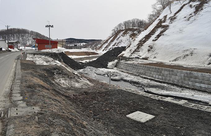 水の流れを埋めるように置かれた土があった。今どき、土が流されるような乱暴な工事が認められていることに驚いた。