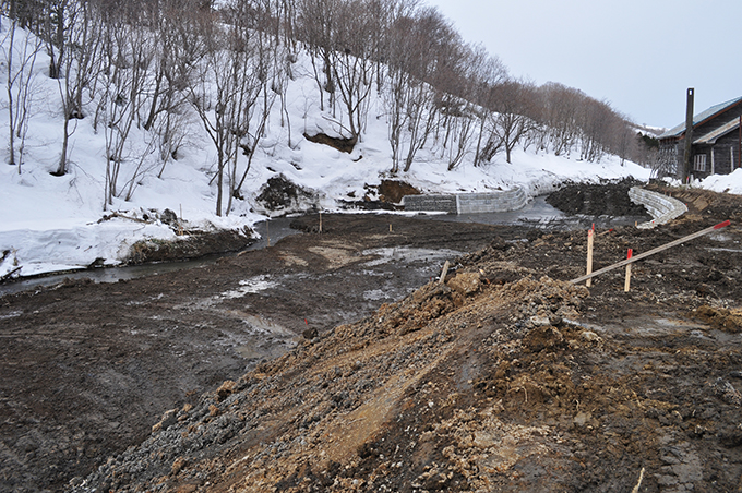 川に押し出された土。